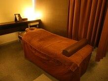 リラクゼーションルーム ファシアの雰囲気(カーテンで仕切られた半個室が3部屋と、完全個室が1部屋あります)