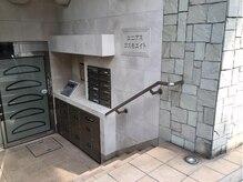 1階に美容室「loretta」さんがあるマンションの401号室です♪