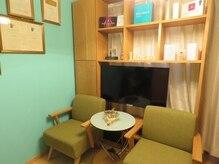 ドーラ 新宿(Dora)の雰囲気(待合室のソファ☆こじんまりとした、おうちのような空間!)
