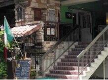 オシャレな北野坂にお店があります。この入口が目印です★