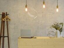 サロンドプリト(salon de pulito)の雰囲気(白、コンクリート、アイアン、グレー、古材を基調とした店内)