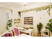店内は明るいナチュラルフレンチなフランスの古民家をイメージ。