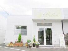 ビューティフィーサロン ベルル(Belulu)/白の外壁と花壇が目印です