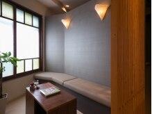 アロマ漂うゆったり広めの待合室。
