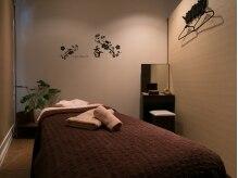 スタイリッシュな個室での施術。充電器やアメニティも完備。