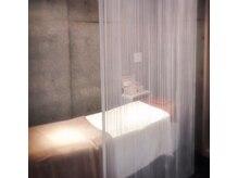 美容室の中の施術スペース。打ちっぱなしの内装がおしゃれ♪