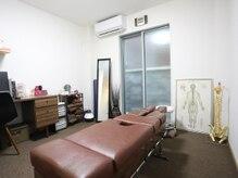 京都中丸整体カイロプラクティックの雰囲気(施術を行うベッドです。安心・安全な施術を心掛けています。)
