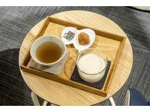ニフ 清澄白河(nifu)の雰囲気(大量発汗後は塩分・水分の補給を。お茶と梅干し、塩昆布をご用意)