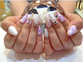 白と紫でタイダイ柄ネイル