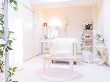 ロゼブランシュ(Rose Blanche)の雰囲気(白を基調とした清潔感ある店内でユックリおくつろぎください(^^))
