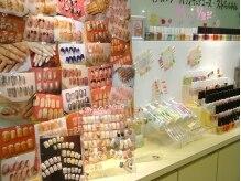 店内に飾られている豊富なネイルのデザインサンプル☆