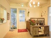 白を基調としたサロンは、美容室と併設★