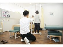 ライズ整体院の雰囲気(お体の変化がわかる!姿勢分析器にて施術前後の姿勢をチェック♪)