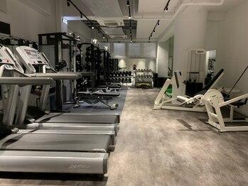 ライジング 武庫之荘店の写真/白と黒のスタイリッシュな内装!土足OKでお気に入りのシューズでトレーニング◎駅近だから通いやすい♪