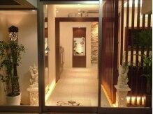真っ白の床と大きなガラスが印象的な外観です。