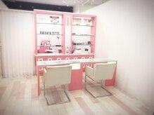 白とピンクを基調とした清潔感のあふれる店内での施術。