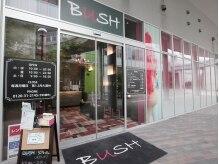 美容室≪BUSH≫内にサロンがあります。こちらからお入り下さい。