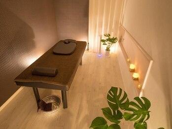 リラクゼーションサロン カクレガ(CAQREGA)の写真/【完全個室の贅沢空間】間接照明の落ち着いたセラピールームで、時間を忘れてリラックス♪