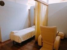 ラフィネ マルイファミリー志木店の雰囲気(仕切りのカーテンを開ければ、ペアでの施術も受けられます♪)