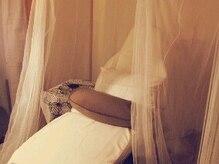 お姫様気分でフットネイルができる天蓋付きベッド。