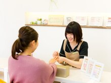 ネイルズキャリー 豊川店の雰囲気(爪の悩みや好みのデザインを伺い、施術していきます。)