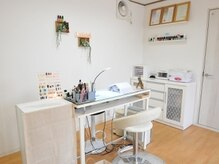 白を基調とした明るい施術スペース