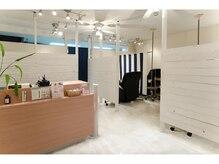 アイキャンディー 渋谷店(EYE CANDY)の雰囲気(白とネイビーを基調とした開放感がありリラックスできる空間)