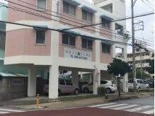 交差点の角のピンクの建物が目印です。駐車場完備!!