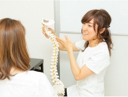 美容整体 ビュース(BEAUth)の雰囲気(骨の模型を見ながらわかりやすく身体の状態を解説します。)