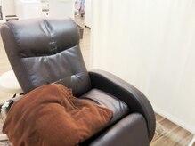 感染対策で席ごとにパーテーションを設置、タオルも毎回変更。