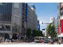 渋谷駅前交差点をTSUTAYA側に渡り西武デパートや丸井MODYの方向へ直進。