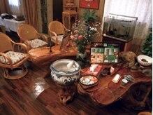 銀座足庵 六本木店の雰囲気(120センチの木の根テーブル等、本場中国の芸術工芸品が多数)