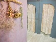 まつげエクステサロン リンク(LINK)の雰囲気(ドライフラワーや壁紙、トイレの扉まで可愛くDIY♪)