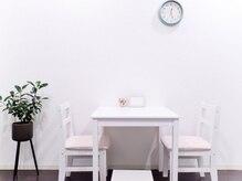 サロン ド ソワン(Salon de Soin)の雰囲気(待合室は白を基調としたゆったり空間です♪のんびりお寛ぎ下さい)