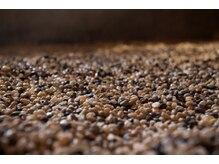 イオンスパ 六本木店(石温SPA)の雰囲気(15種類の温石が敷き詰められた施術台で身体の芯から温めます。)