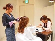 ネイルをしながらヘアーやマツエクの同時施術も可能です。