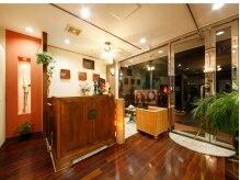 アトリエヴィサージュ(ATELIER VISAGE)の雰囲気(木の温かみと清潔感が溢れる店内です。)
