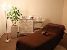 レイコカヅキ 東京サロン(REIKO KAZKI)の雰囲気(《内観》ゆったり施術を受けられる個室ベッド。)
