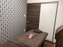 サヴォイサロンドボーテ(SAVOY salon de beaute)の雰囲気(壁紙から家具までそれぞれ違う完全個室が3つあります♪)