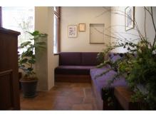 カフェのようにくつろげる待合ソファです。