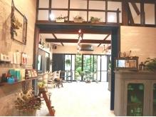 アンティ-ク家具やグリ-ンが溢れる店内はまるでサロンではないような店内☆お気に入りの場所が見つかるかも