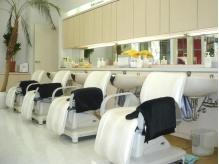 白を基調とした、清潔感溢れるシャンプー台。