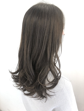 ダークトーンで赤味の少ない透明感艶髪カラー