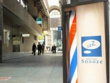 三宮センター街、みずほ銀行を曲がってすぐ『Snooze』が見えます