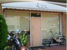 大きな窓と2台のバイクが目印です★