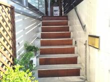 階段を上るとオーナーが大切にお世話する可愛い植物がお出迎え