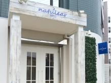 亀有駅徒歩3分♪白い木目調の大きな扉と青い看板が目印です!