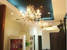 エントランス天井はシャンデリアが並び素敵な雰囲気♪