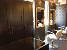 アンティーク調の鏡が優雅な空間を演出した店内。【葛西casa】
