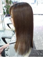ストンとした不自然なストレートは卒業!自毛のようなナチュラルな仕上がりで、巻き髪も楽しめる縮毛矯正。